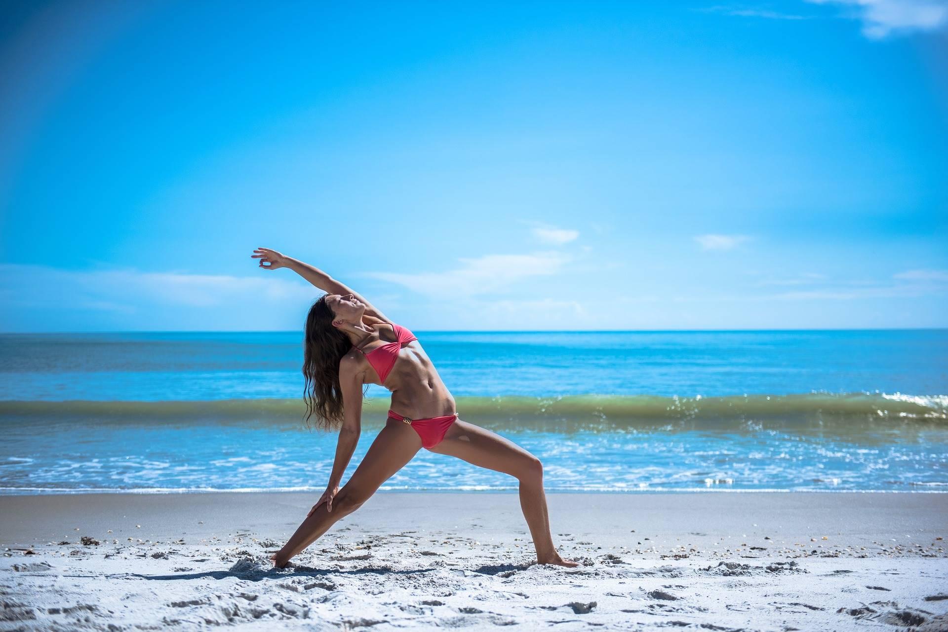 yoga in spiaggia e crema solare